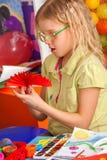 Schulkinder mit Scheren in den Kindern übergibt Ausschnittpapier Stockfotos