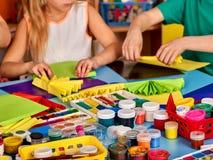 Schulkinder mit Scheren in den Kindern übergibt Ausschnittpapier Stockbilder
