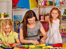 Schulkinder mit Scheren in den Kindern übergibt Ausschnittpapier Lizenzfreie Stockbilder