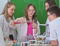 Schulkinder r in der Wissenschaftsklasse lizenzfreies stockbild