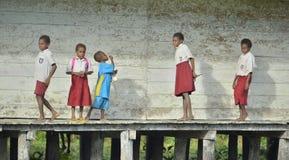 Schulkinder in scool Uniform lizenzfreie stockfotografie