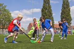 Schulkinder am Sporttag lizenzfreie stockfotos