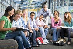 Schulkinder und ihr Lehrer in einer Kategorie Lizenzfreies Stockbild
