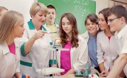 Schulkinder und Lehrer in der Wissenschaftskategorie stockbilder