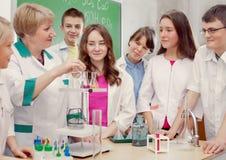 Schulkinder und Lehrer in der Wissenschaftskategorie stockfoto