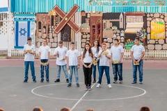 Schulkinder von der Schule Katzenelson feiern 50 Jahre von Lizenzfreie Stockbilder
