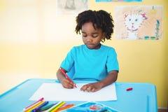 Schulkinderzeichnung auf einem Blatt Lizenzfreies Stockfoto