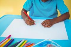 Schulkinderzeichnung auf einem Blatt Lizenzfreie Stockfotografie