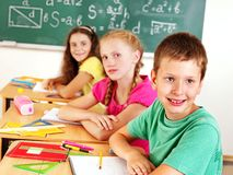 Schulkindschreiben auf Tafel. Stockbilder