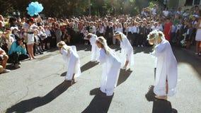 Schulklasse auf Linie mit Tanz stock video