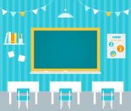 Schulklassenzimmer mit Tafel, Regal, Plakat und Schreibtischen Stockfotografie