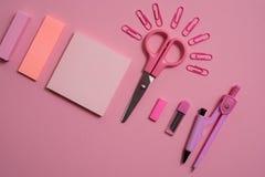 Schulkonzept, Briefpapier scissors Büroklammer in Form der Sonne, Notizblock für Anmerkungen, abreißen Papier, Notizbuchstift-Ble Lizenzfreie Stockfotos