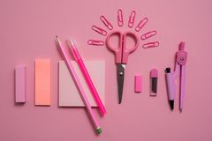 Schulkonzept, Briefpapier scissors Büroklammer in Form der Sonne, Notizblock für Anmerkungen, abreißen Papier, Notizbuchstift-Ble Lizenzfreie Stockbilder