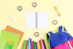 Schulkonzept-Ebenenlage Scherzen Sie Rucksack, Notizbuch, Markierungen auf dem hölzernen Desktop Stockbilder