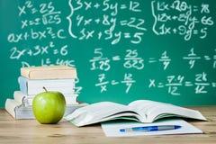 Schullehrbücher auf einem Schreibtisch Lizenzfreie Stockfotos