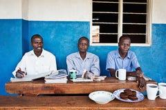 Schullehrer nahe Jinja in Uganda lizenzfreies stockbild
