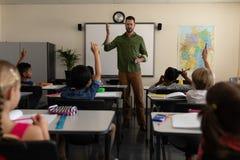 Schullehrerunterricht in einem Klassenzimmer der Volksschule lizenzfreies stockfoto