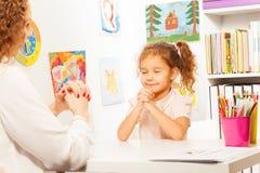 Schulmädchenübungen, die Finger mit Lehrer setzen Lizenzfreies Stockbild