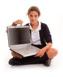 Schulmädchen, das auf ihren Laptop zeigt stockfoto