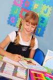 Schulmädchen, das eine Abbildung zeichnet Lizenzfreies Stockfoto