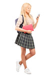 Schulmädchen, das einen Handy betrachtet Lizenzfreies Stockbild