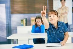 Schulmädchen, das Hand anhebt Lizenzfreie Stockfotos