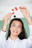 Schulmädchen, das herein Molekülstruktur betrachtet Lizenzfreie Stockfotografie