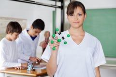 Schulmädchen, das Molekülstruktur hält Lizenzfreies Stockfoto