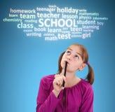 Schulmädchen, das an Schule denkt Lizenzfreies Stockbild