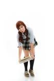 Schulmädchen, das versucht, einen schweren Stapel Bücher anzuheben Lizenzfreie Stockfotografie