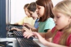 Schulmädchen an der Lektion Lizenzfreies Stockbild