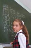Schulmädchen an der Tafel. Stockfotografie