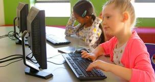 Schulmädchen, die auf Computer in der Schule 4k studieren stock footage