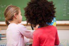Schulmädchen, die eine Kugel betrachten Lizenzfreies Stockfoto