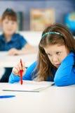 Schulmädchen, die Prüfungen schreiben Stockbild