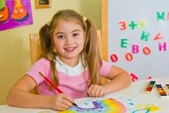 Schulmädchen hat einen Regenbogen gezeichnet Lizenzfreie Stockfotos