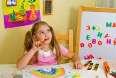 Schulmädchen hat einen Regenbogen gezeichnet Stockfoto