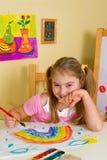 Schulmädchen hat einen Regenbogen gezeichnet Lizenzfreies Stockfoto