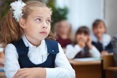 Schulmädchen im Klassenzimmer Stockbild