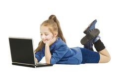 Schulmädchen-Kind, das Computer betrachtet Schulmädchen wi stockbild