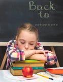 Schulmädchen mit Büchern und Apfel. Stockfoto