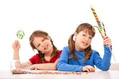 Schulmädchen mit Bonbons Lizenzfreie Stockfotografie