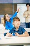 Schulmädchen mit der angehobenen Hand Lizenzfreie Stockfotografie