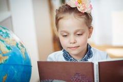 Schulmädchen mit einem Buch lizenzfreie stockfotos