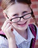 Schulmädchen mit Gläsern Lizenzfreie Stockbilder