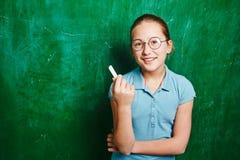 Schulmädchen mit Kreide stockfotografie