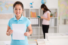Schulmädchen mit leerem Blatt Papier Lizenzfreies Stockfoto