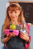 Schulmädchen mit Mittagessenkasten Lizenzfreie Stockfotos