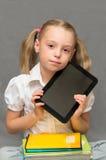 Schulmädchen mit Schreibheften und Tablette. Lizenzfreie Stockfotografie