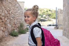 Schulmädchen mit Tasche draußen Lizenzfreies Stockbild